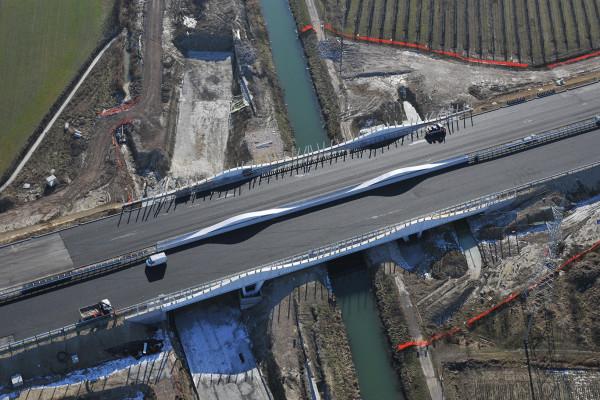 12.01.2009 Mirano (VE). Sorvolo dei cantieri del Passante Autostradale di Mestre. Il ponte sul canale Taglio. © Matteo Bertolin/Unionpress